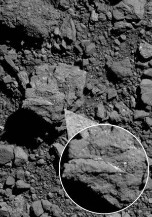 Některé balvany na povrchu Bennu obsahují žilky uhličitanů - to by mohlo naznačovat, že mateřské těleso, ze kterého vznikla planetka Bennu, mohlo mít hydrotermální aktivitu.