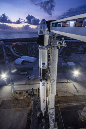 Falcon 9 s lodí Crew Dragon před misí DM-2