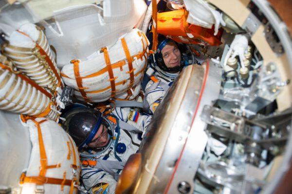 Posádka Sojuzu MS-16 po otevření poklopu po úspěšném přistání