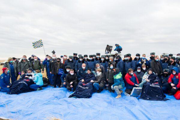 Posádka lodi Sojuz MS-16 a tým lidí, který jí vyzvedl