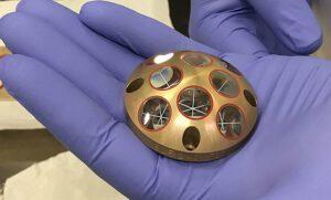 Koutový odražeč LaRRI (Laser Retroreflector for InSight) ze sondy InSight.