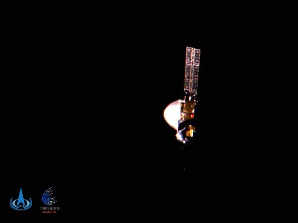 Sonda Tianwen-1 vyfocená odhozenou kamerou zhruba na půli cesty mezi Zemí a Marsem.