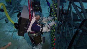 """Před měsícem jsme v Kosmotýdeníku informovali o probíhajících zkouškách v bazénu Neutral Buoyancy Lab v Houstonu v rámci vývoje nástrojů a lunárních skafandrů xEMU. Informaci doplňujeme o další fotografie. Zde nácvik sestupu po žebříku a """"první krok Artemis""""."""
