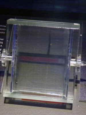 Absorpční kyveta naplněná čistými parami jódu pro projekt LISA vystavená na výstavě Cosmos Discovery.