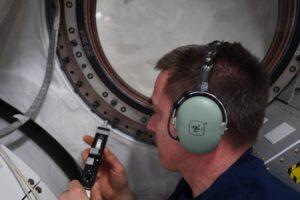 Chris Cassidy při práci s přístrojem pro hledání úniku.