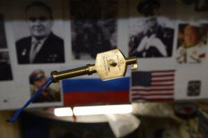 Symbolický klíč od ISS používaný během předávání velení.