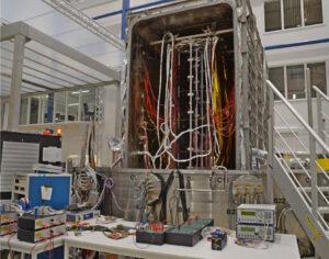 Zařízení WRTF (Wide Range Test Facility) při testech segmentů fotovoltaických panelů sondy JUICE.