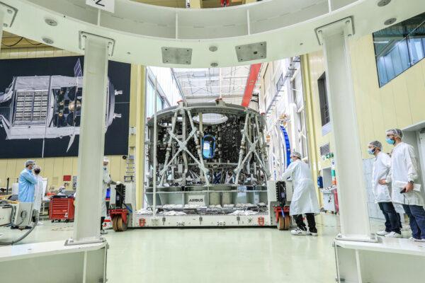 Primární struktura servisního modulu Orionu pro Artemis III v integrační hale Airbusu, říjen 2020