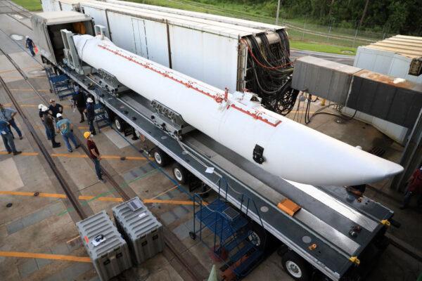 Příprava urychlovacích motorů GEM-63 pro misi NROL-101.