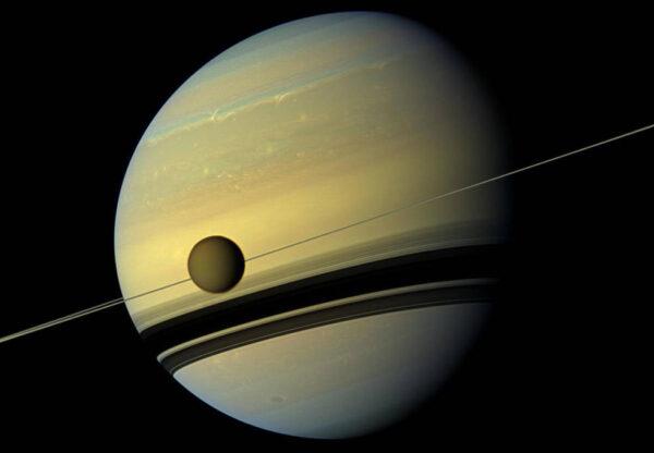 Snímek sondy Cassini zachycuje měsíc Titan při přechodu přes Saturn.