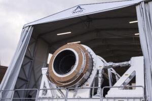 Zkušební exemplář motoru Zefiro-40 na testovacím stanovišti.