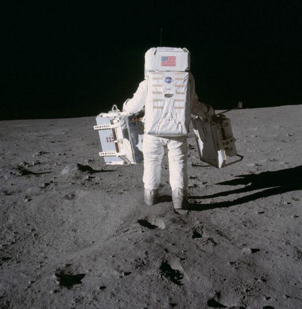 Buzz Aldrin z Apolla 11 nese dvě části experimentu EASEP (Early Apollo Scientific Experiments Package). V levé ruce má zařízení PSEP (Passive Seismic Experiments Package), v pravé pak panel s koutovými odražeči LR3 (Laser Ranging Retro-Reflector).