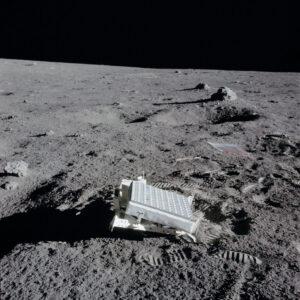 Panel LR3 (Laser Ranging Retro-Reflector) zanechaný na Měsíci při misi Apollo 14.