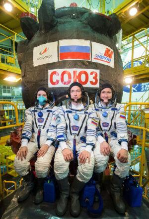 Sergej Ryžikov, Sergej Kuď-Sverčkov a Kate Rubins - posádka Sojuzu MS-17.