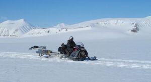 Testovací kus přístroje RIMFAX umístěný na přívěsu za sněžným skútrem během zkoušek na Špicberkách.