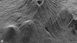 Pohled na sopku Santa Ana v El Salvadoru vyfocená družicí Sequoia. Geometrické vzory terasovitých zahrad Lomas de San Marcelino lze vidět na pozadí tyčící se sopky. Sopka Izalco je také vidět v levém dolním rohu.