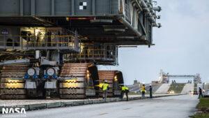 Vývoz plošiny ML-1 na rampu 39B pomocí transportéru CT-2.