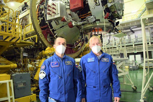 Posádka si prohlíží modul Nauka