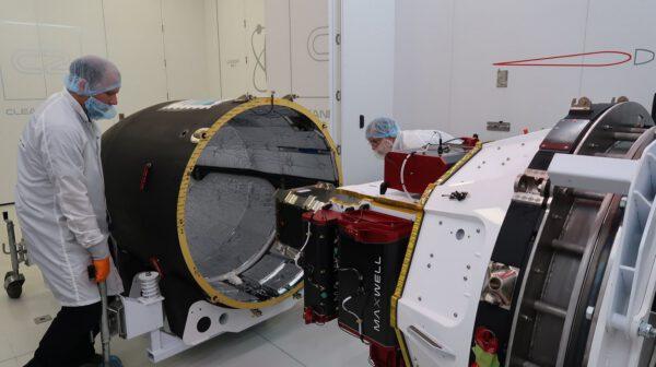 Uzavírání nákladu do krytu rakety Electron