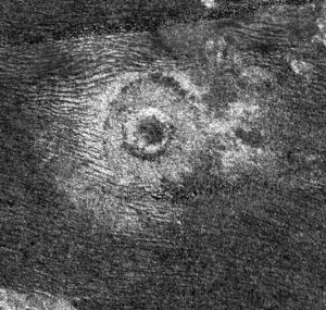 Kráter na Titanu nasnímaný sondou Cassini v roce 2011.