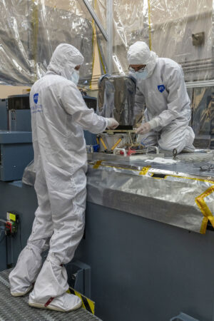 Pracovníci Johns Hopkins Applied Physics Laboratory připravují kameru L'LORRI na zkoušku optické kalibrace.