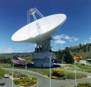 Anténa DSS43 může jako jediná posílat pokyny sondě Voyager 2.