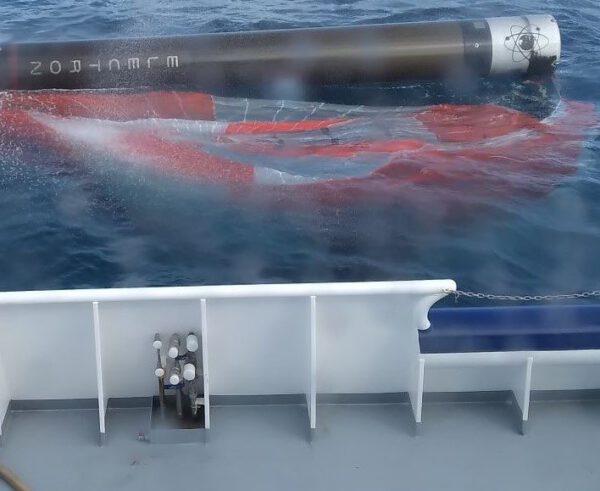 První stupeň rakety Electron po přistání na hladině oceánu