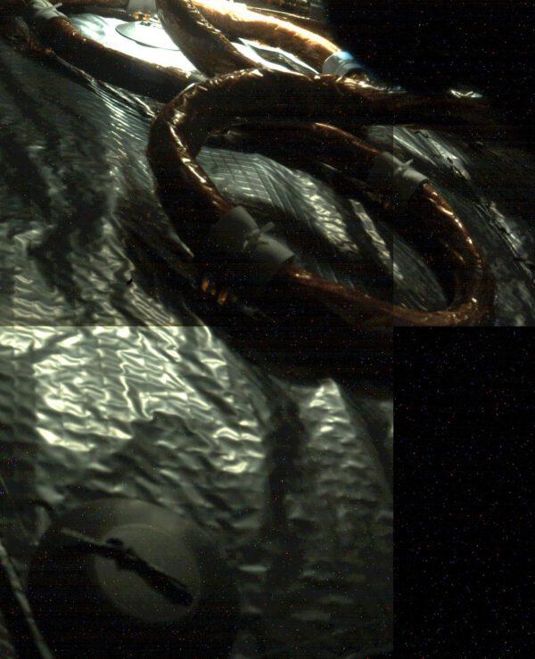 Snímek vozítka Perseverance z doby přeletu mezi Zemí a Marsem