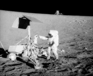 Sonda Surveyor III přistála na Měsíci v roce 1967. V roce 1969 byla během přistání nedaleké mise Apollo 12 silně obroušena vyvrženým lunárním regolitem.