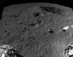 Snímek z navigační kamery Jutu 2, kámen určený k analýze je obarven zeleně (zdroj CLEP).
