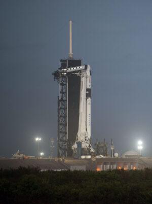 Falcon 9 s lodí Crew Dragon na floridské rampě 39A během čekání na misi Crew-1