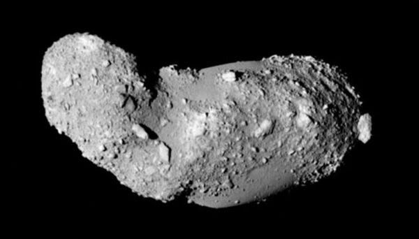 Snímek planetky Itokawa pořízený sondou Hajabusa (zdroj JAXA).