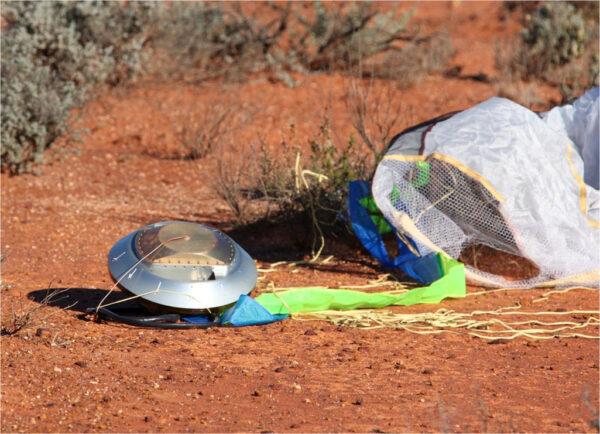 Přistání návratového pouzdra sondy Hajabusa v australské poušti (zdroj JAXA)