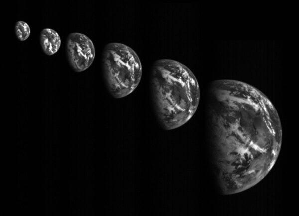 Průlet okolo Země, která byla využita jako gravitační prak pro zrychlení cesty k planetce, dne 3. 12 2015 (zdroj JAXA).