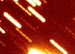 Snímek sondy Hajabusa 2, která se přibližuje k Zemi, se podařilo pořídit pomocí Subaru Telescope Národní Astronomické Observatoře na Havaji 25. listopadu, kdy byla ve vzdálenosti 5,8 milionů kilometrů od Země (zdroj National Astronomy Observatory).