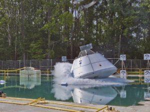 Test přistání zkušební kabiny lodi Orion do vody.