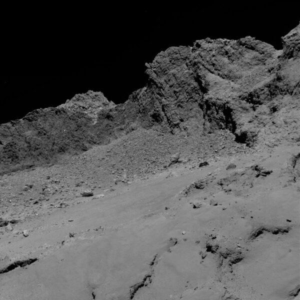 Povrch komety je nadýchaný jako pěna
