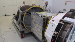 Ukládání družice StriX-α do aerodynamického krytu rakety Electron.