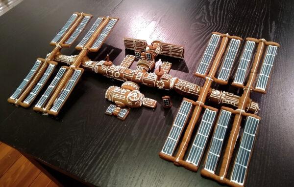 Ať je Váš rok 2021 stejně sladký a k nakousnutí jako tahle perníková ISS.