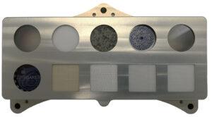 Kalibrační terč přístroje SHERLOC na vozítku Perseverance.