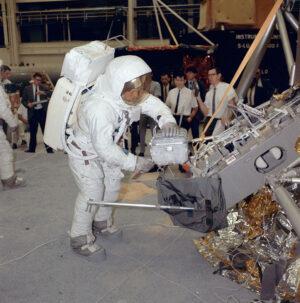 Neil Armstrong, velitel mise Apollo 11, nacvičuje v budově 9 na Manned Spacecraft Center v Houstonu manipulaci s pouzdrem na vzorky z Měsíce.