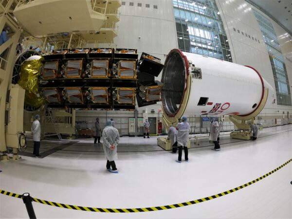 Ukládání družic OneWeb pod aerodynamický kryt rakety