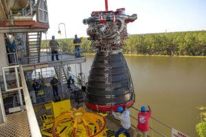 Usazování vývojového motoru RS-25 č. 0528 do testovacího stanoviště A-1, listopad 2020