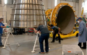 Trysky pro certifikační zážehy motoru č. 6001 a pro certifikační sérii Retrofit 3b motoru č. 0525 jsou připravovány v závodě Aerojet Rocketdyne v Canoga Park v Kalifornii
