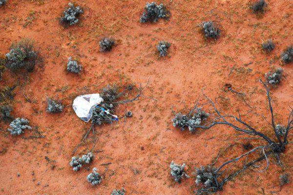 Návratové pouzdro mise Hayabusa-2 tak, jak jej zahlédl tým z vrtulníku