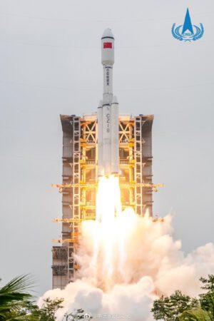 Start první rakety Dlouhý pochod 8.