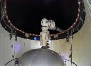 Přechodová komora Bishop ještě v trunku lodi Dragon 2