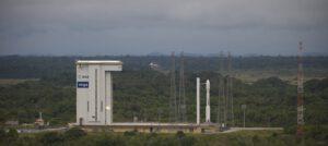 Raketa Vega a montážní hala