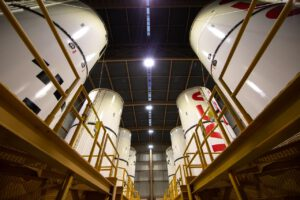 Osm segmentů SRB uložených ve skladu v jedné z budov RPSF. Sestavování segmentů má probíhat v pořadí od nejbližších k nejvzdálenějším - levý spodní centrální segment, pravý spodní centrální segment, levý centrální segment, pravý centrální segment a tak dále.