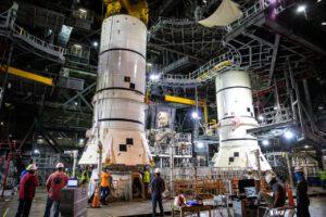 Usazování spodní sestavy pravého boosteru na mobilní vypouštěcí plošinu, 24. listopadu